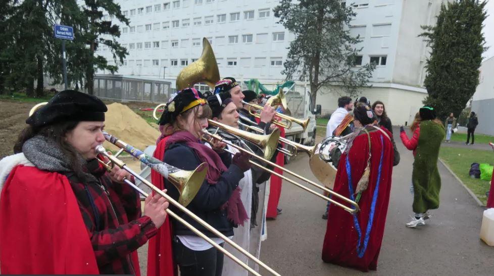 La fanfare des Bitards hier à midi lors de sa tournée des amphis sur le campus universitaire